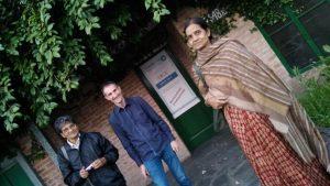 Oscar R. Gómez recibiendo a Ratan Basu y su esposa, en la sede Berazategui de la Fundación MenteClara